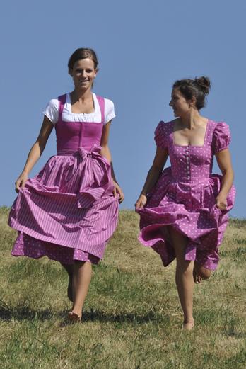 Zwei Models präsentieren Dirndl der Barbarino-Kollektion.