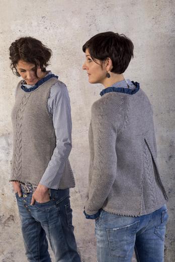 Zwei Models mit grauen Zopf & Falte Kreationen – auch fesch zu Jeans!
