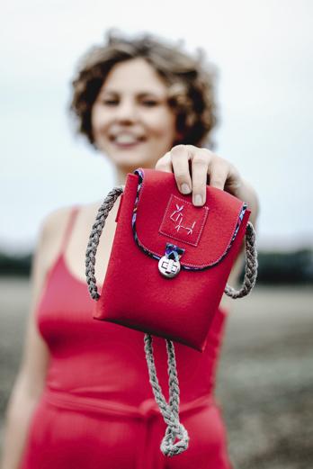Model präsentiert eine Tasche des Labels taschenfürsLeben